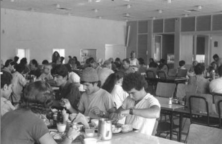 חברי קיבוץ דגניה בחדר האוכל 1972 . צלם לא ידוע